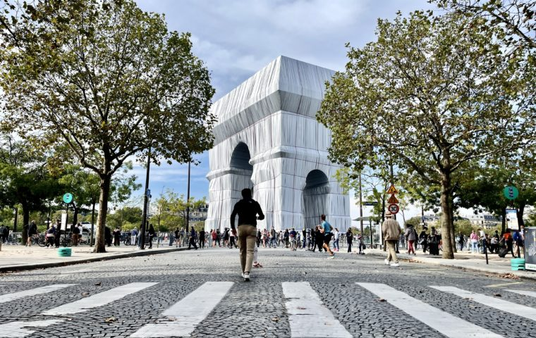 Du design sous l'Arc de Triomphe empaqueté
